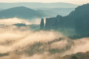 Nebelschwaden ziehen über die Täler